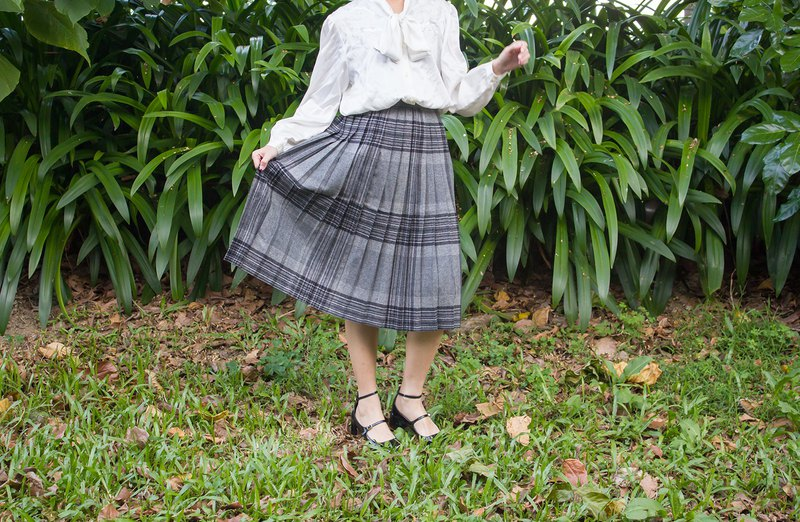 Giraffe Giraffe _ Grey-black plaid vintage wool skirt