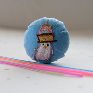 Brooch-Penguin with birthday cake in her head [hand embroidery]