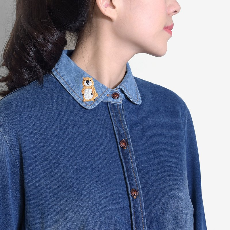 [Mo child recommended] a small raccoon posing as a squirrel - brush color denim embroidery collar shirt