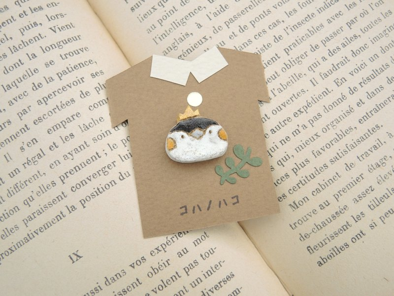 Penguin king face small - brooch