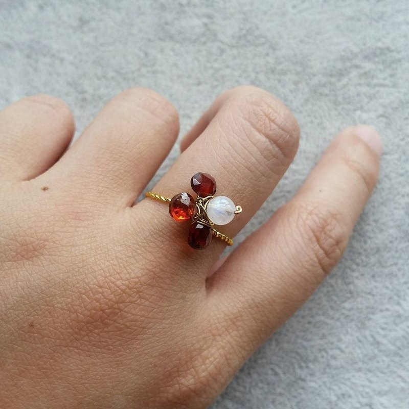 Gold-plated, cut-off garnet, moon stone custom ring, please provide the right cover when Garnet and moonstone gold plated ring