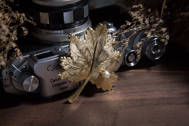 Vintage Sarah Coventry WHISPERING LEAF Maple Leaf Brooch 1967