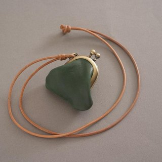 """RENÉE"" mini-mouth gold long necklace, plant tanning carving leather / plant tannage / vegetable tannery forest green"