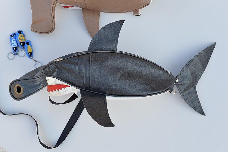 海中霸主-錘頭鯊斜背包