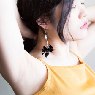 M.dot Flow Flower Series - a pair of low-key black hand made resin earrings