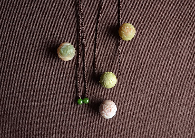 [This is the reason] Natural salt source agate carved peony flower round bead necklace