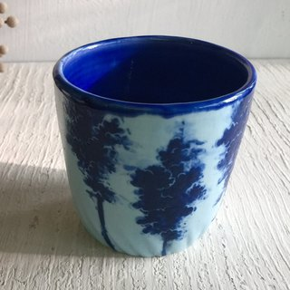 Mother-in-law tree shadow hand holding cup _ pottery tea cup