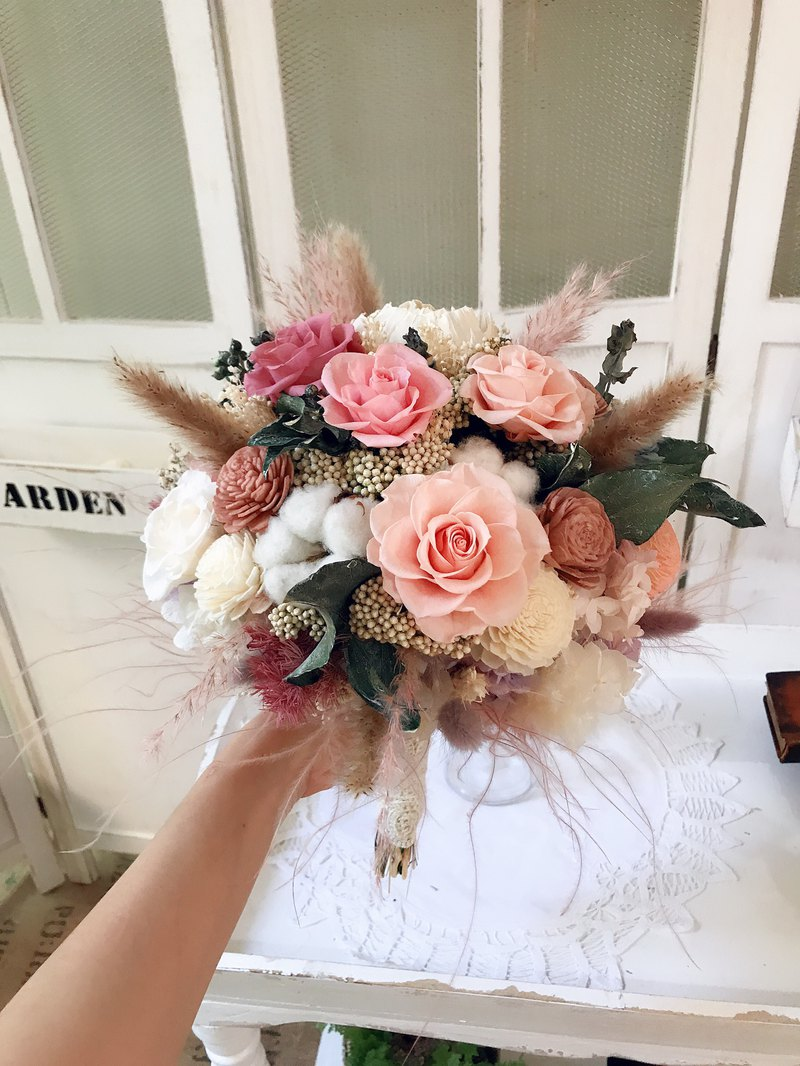 Warm as spring. Everlasting flower, dry flower, wedding bouquet