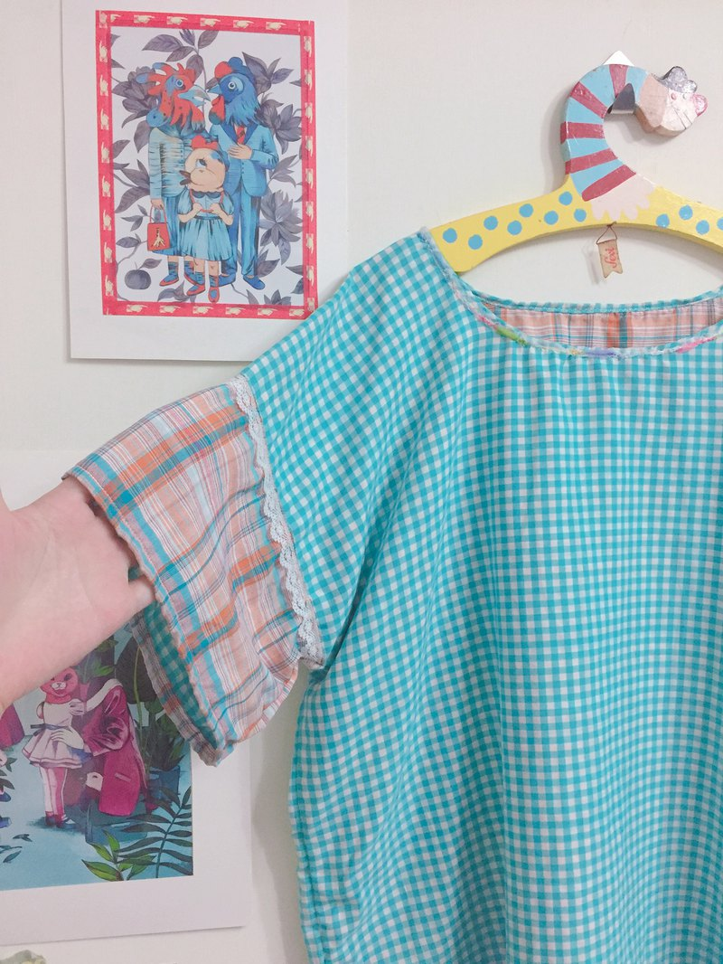 Short-sleeved top / blue and white checkered stitching