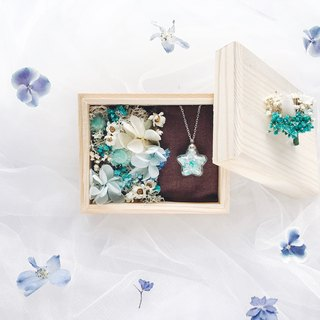 Swarovski jewel necklace / Gift Box with Dried Flower / Blue