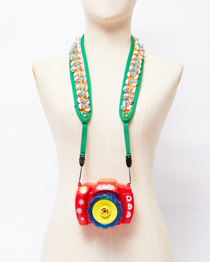 PEA CAMERA STRAP IN GREEN / RAINBOW (GR / RB)