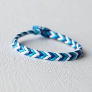 From shallow to deep - fine gradient blue / hand-woven bracelet