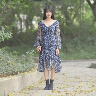 Mu Wei: Floral dress with large V-neck