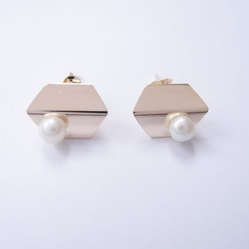 Classic pearl metal earrings