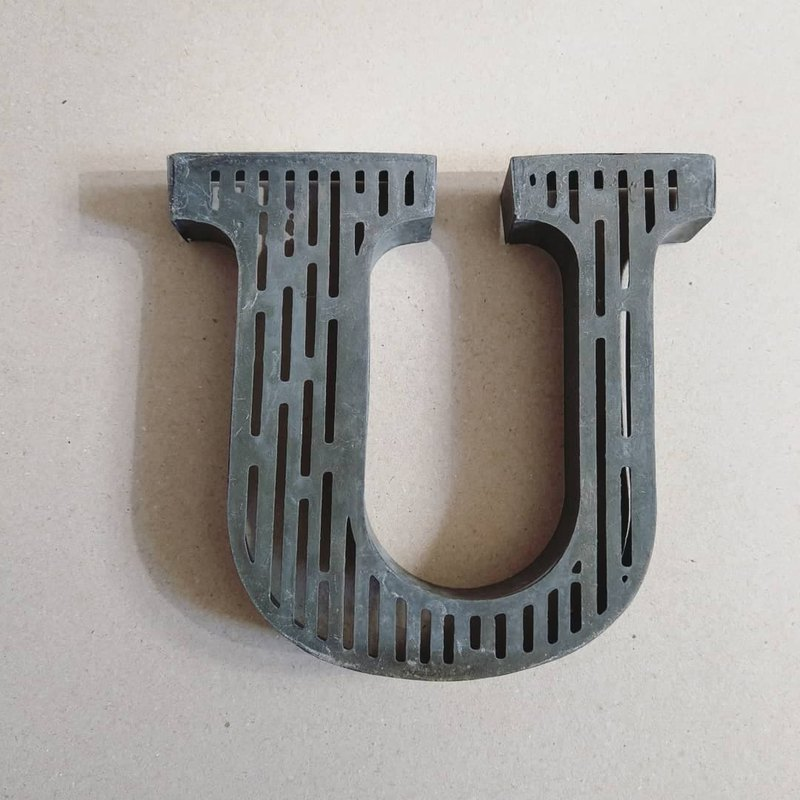 "American old-fashioned straight striped hollow pattern iron three-dimensional English letter ""U"" furnishings"