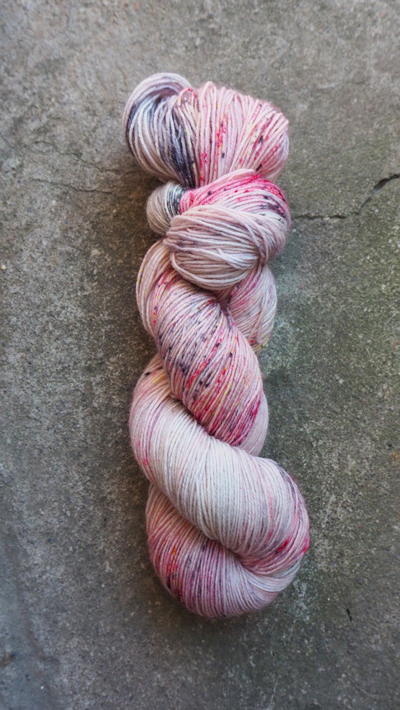 Hand dyed line. Powder fire (Sock yarn). Super wash blue sheep