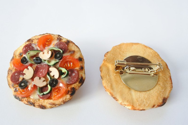 Miniature food、Pizza brooch with tomato and salami