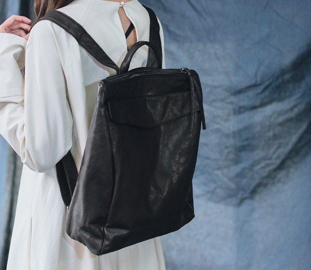 Retro-style envelope laminated leather backpack black
