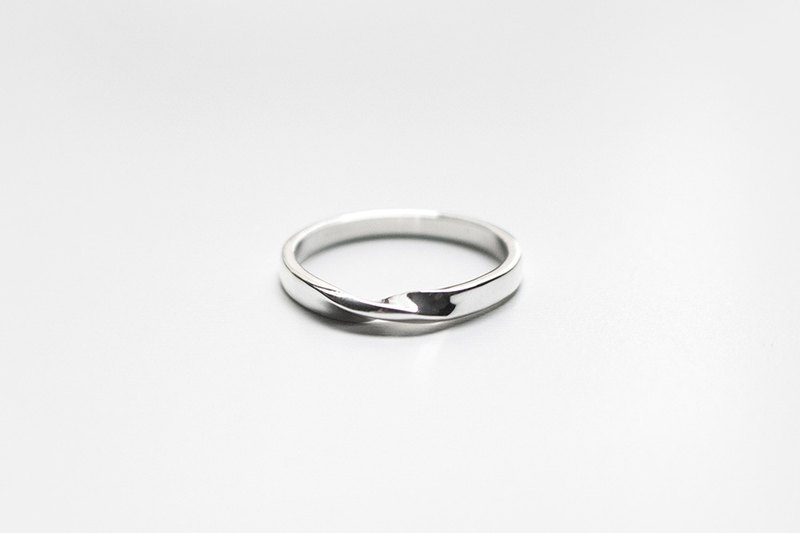 Simple series - Mobius twists ring / silver