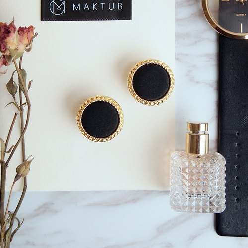 Hepburn's retro earrings elegant black
