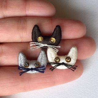 Cat silk embroidery brooch (ash)