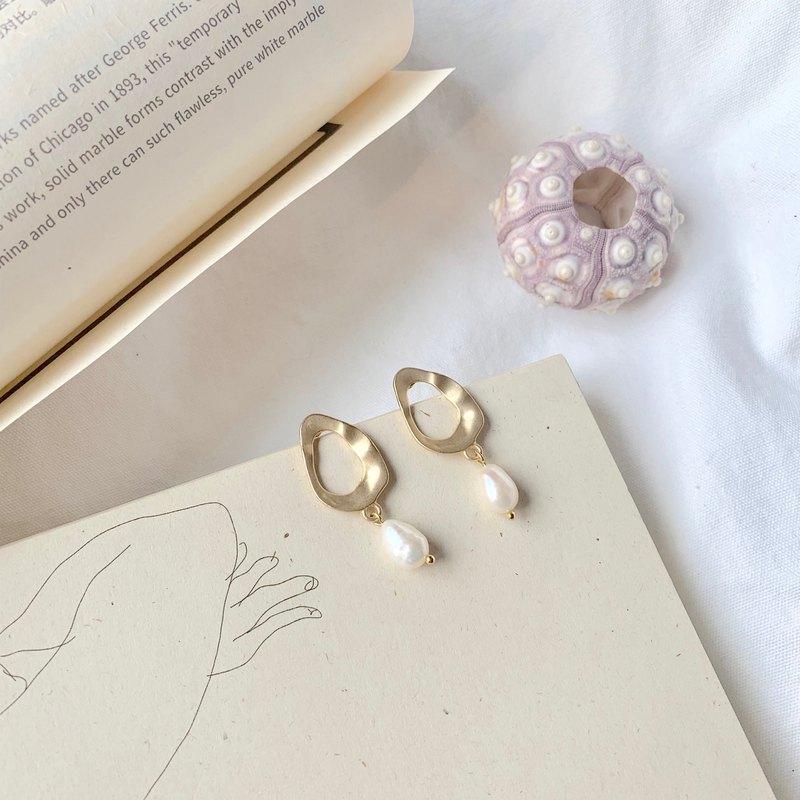 Island Natural Shaped Oval Pearl Earrings Matt Gold