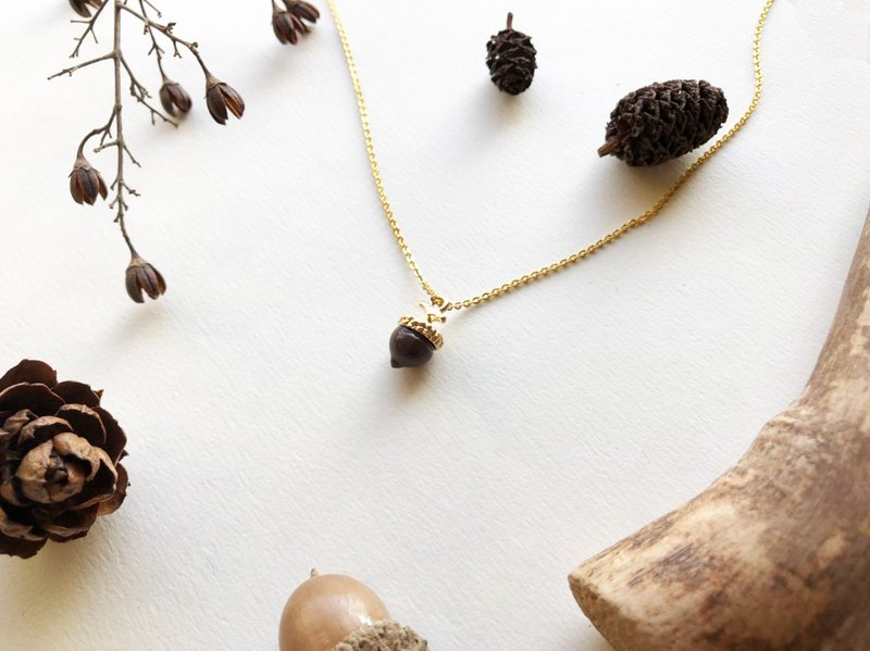 *coucoubird*mini glazed acorn necklace / white