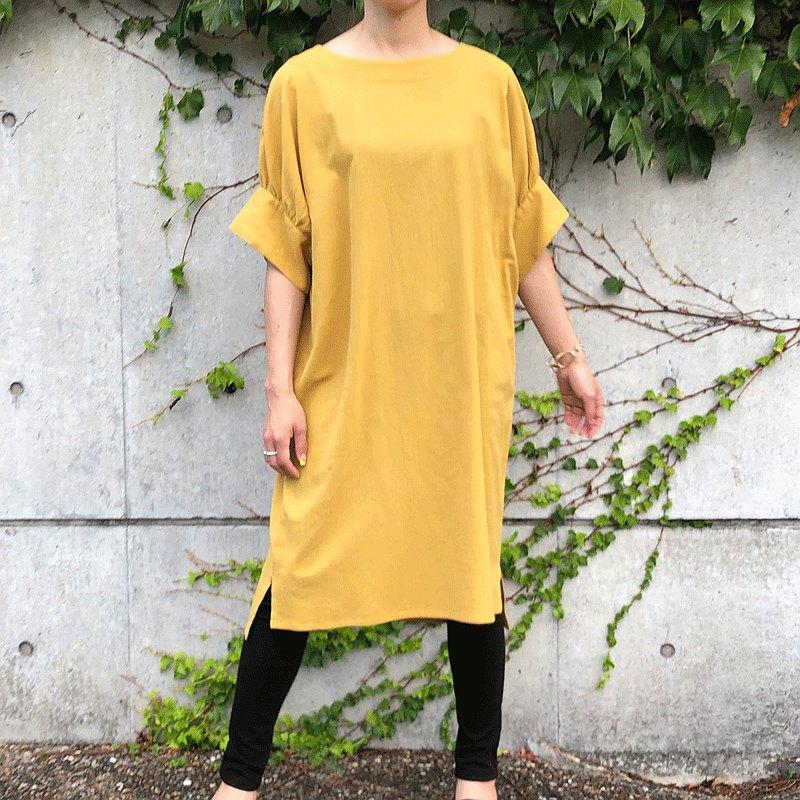 淺芥末黃禮和一件連衣裙
