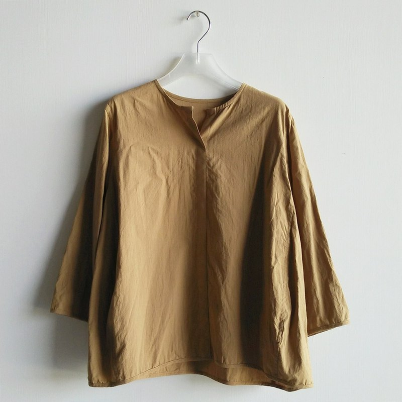 Small V-neck eight-point sleeved shirt washed cotton coffee latte (camel)