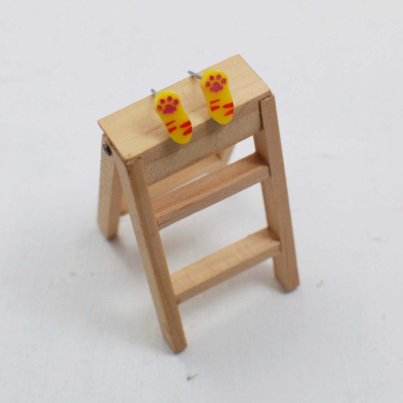 Cat meat ball earrings small palm Allergy needle / clip-on can be changed / Yellow Orange provisions