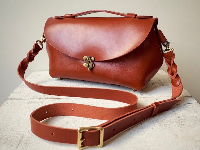 "【Order Production (about 1 month delivery)】 made in Tochigi Leather * Nume leather shoulder pouch ""fave"" L (terra cotta)"