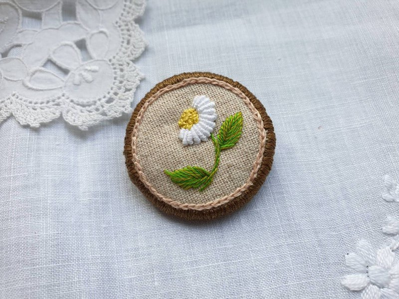 Embroidery Brooch (Marguerite)