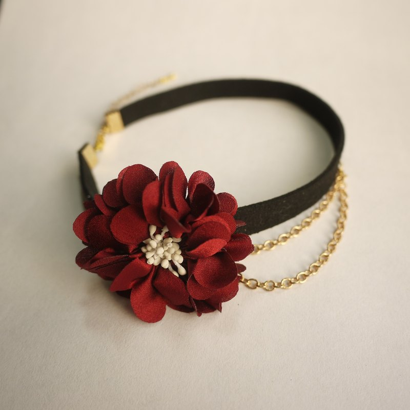 Noble chain necklace with a single flower. Panna Cotta burgundy section []