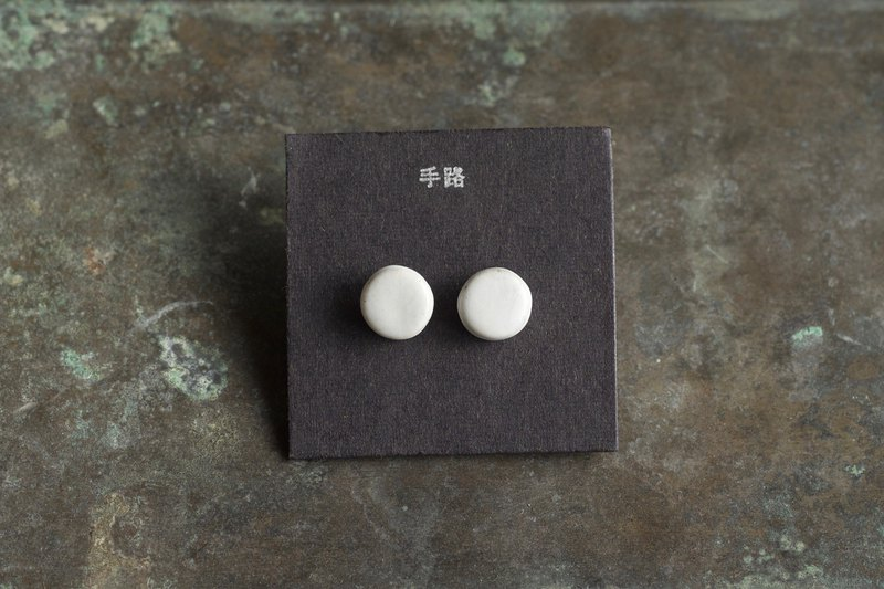 [Hand Road] small round earrings - fog white