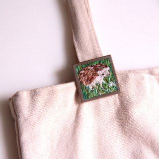 Small hedgehog embroidery brooch animal pin ブローチ