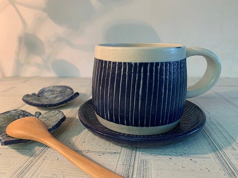 鈷藍與白陶製咖啡杯盤組_陶器馬克杯
