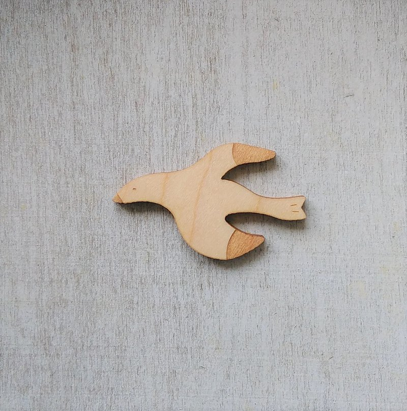 Empty Seagull / Maple Brooch