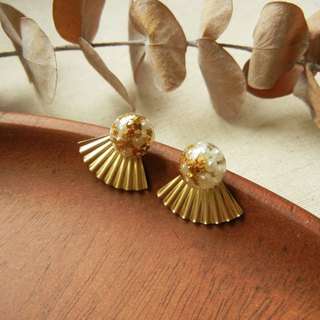 *coucoubird*gorgeous - mini pearl gold leaf scallop earrings