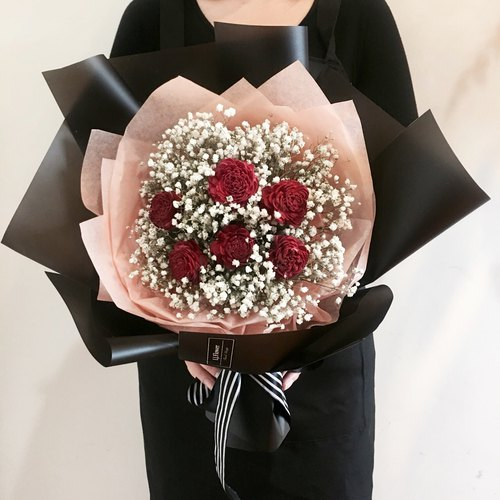 Le jardin makes romantic bouquet of red roses with dried stars
