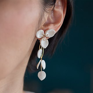 Flower scattering earrings / earrings, white