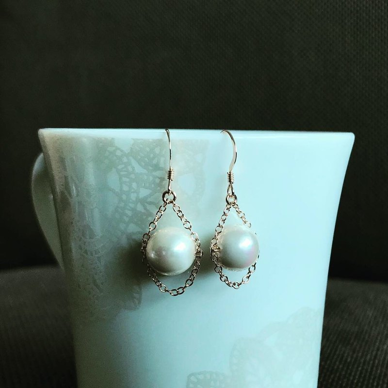 Simple swing shell pearl earrings-TrinityPr03