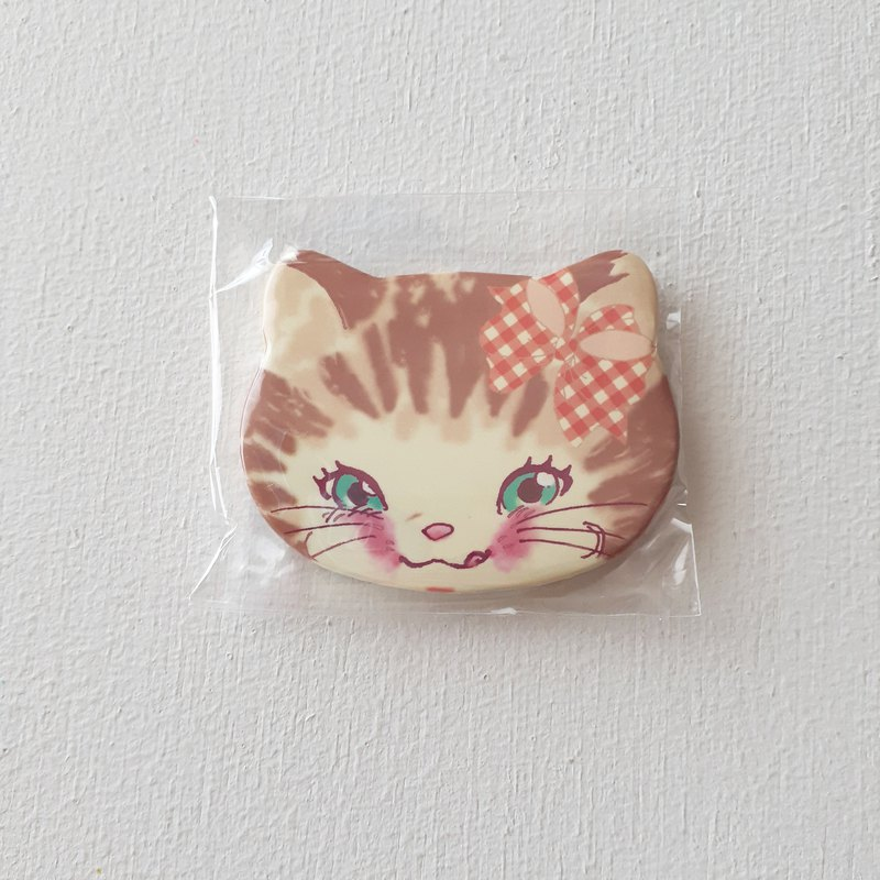 Can badge (fashionable cat)