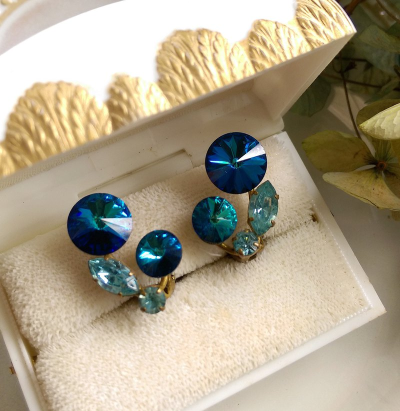 [Western Antique Jewelry / Old Age] 1960's Royal Blue Rhine Eyes Small Flower Clip Earrings