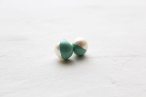 Color lacquer of two-tone pearl earrings _ white green (Emerald)