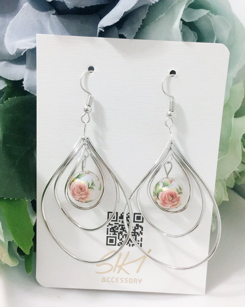 [turnable ear clip] Japanese entrance painted beads with silver drop-shaped hoop earrings