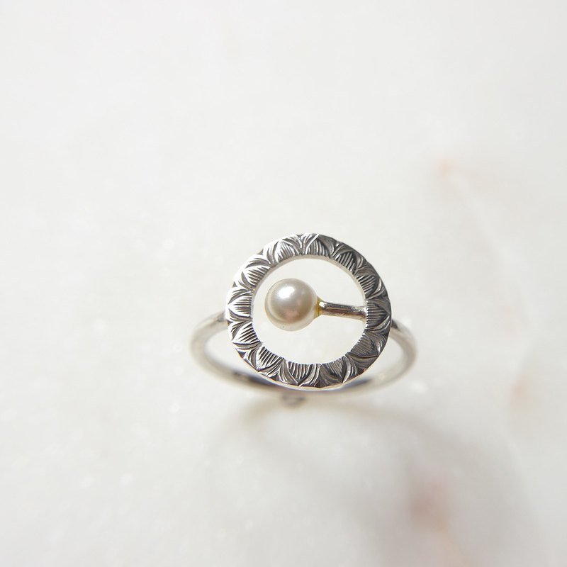 Circle shape elegantly carved pearl 925 sterling silver ring