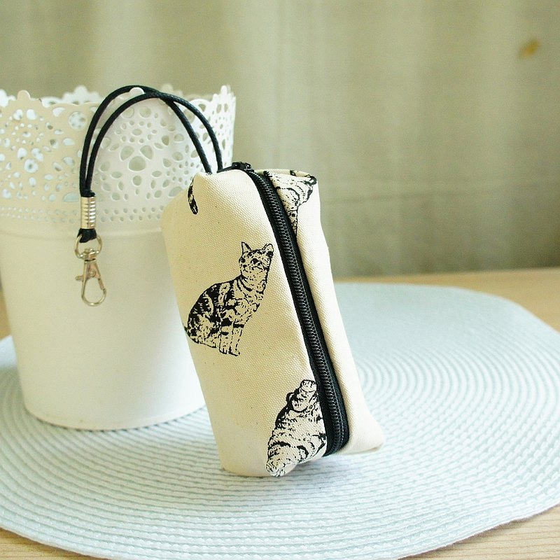 Lovely [Hand-painted cat capsule zipper key bag, rice] can hold about 18 keys