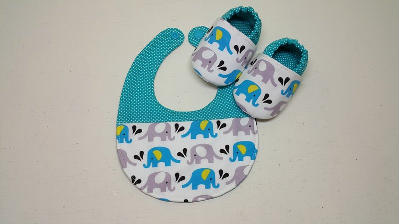 Elephant in the water spray baby shoes + bib