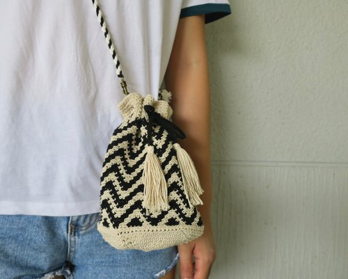A mother の hand-made beam bucket bag / hand-woven / ripple / woven bag / black and white