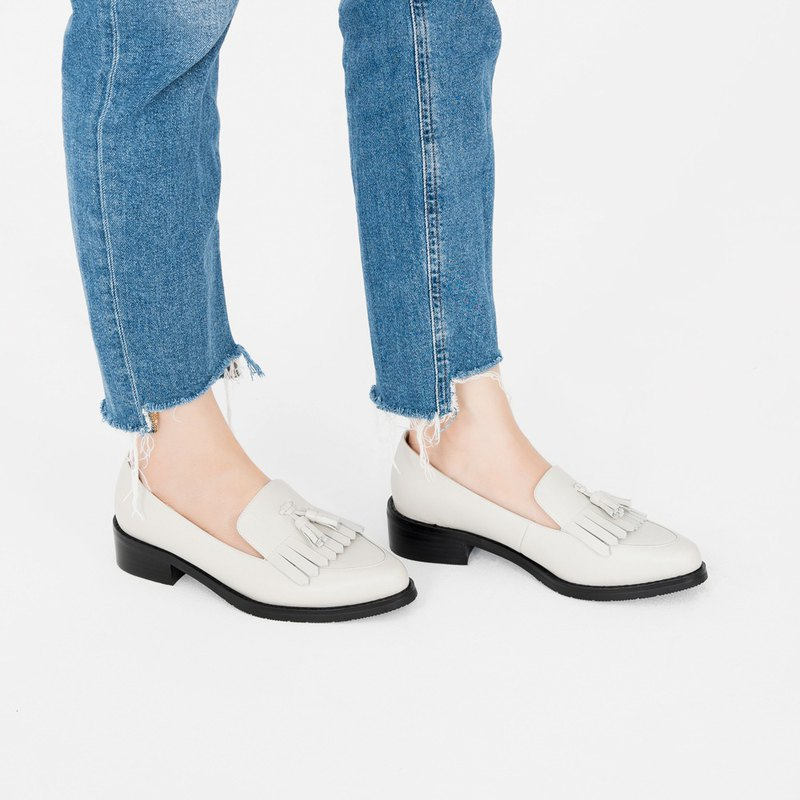 齊瀏海飾片!寬楦小流蘇樂福鞋 白 MIT 全真皮-白煙色